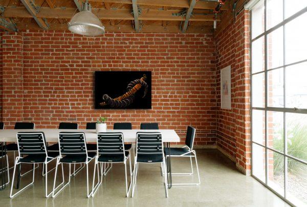 Salle de réunion avec un tableau d'artiste. Thierry Pousset Photographe professionnel